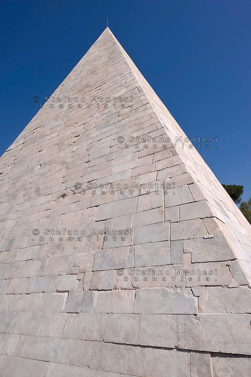 Roma 20 Aprile 2015<br /> Completato il restauro della Piramide di Caio Cestio, costato 2 milioni di euro finanziato dal mecenate giapponese Yuzo Yagi. La  piramide Cestio, vicino a Porta San Paolo, fu realizzata nel I secolo a.C., come tomba per Gaio Cestio Epulone, un membro dei septemviri epulone uno dei quattro più importanti collegi religiosi della Roma antica.<br /> Rome April 20, 2015<br /> Completed the restoration of the Pyramid of Caius Cestius, cost 2 million euro funded by patron Japanese Yuzo Yagi. The pyramid Cestius, near Porta San Paolo, was built in the first century BC as a tomb for Gaius Cestius a member of septemviri  one of the four most important religious colleges of ancient Rome.