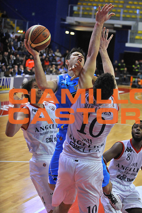 DESCRIZIONE : Biella Lega A 2011-12 Angelico Biella Vanoli Braga Cremona<br /> GIOCATORE : Daniele Cinciarini<br /> SQUADRA :  Vanoli Braga Cremona<br /> EVENTO : Campionato Lega A 2011-2012 <br /> GARA : Angelico Biella Vanoli Braga Cremona<br /> DATA : 26/02/2012<br /> CATEGORIA : Penetrazione Tiro<br /> SPORT : Pallacanestro <br /> AUTORE : Agenzia Ciamillo-Castoria/ L.Goria<br /> Galleria : Lega Basket A 2011-2012 <br /> Fotonotizia : Biella Lega A 2011-12  Angelico Biella Vanoli Braga Cremona<br /> Predefinita