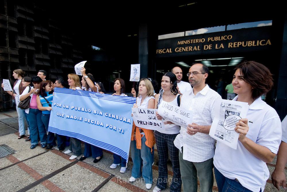 Periodistas manifiestan  frente al Ministerio Publico en contra del proyecto de ley Contra Delitos Mediáticos (CDM), propuesto por la Fiscal General, Luisa Ortega Díaz.  Caracas 04 de Agosto 2009 Ramon Lepage / Orinoquiaphoto