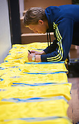 HELSINGBORG , 2017-06-07: Alexander Fransson skriver autografer p&aring; matchtr&ouml;jor efter U21 landslagets tr&auml;ning p&aring; Olympia, Helsingborg den 7 juni.<br /> Foto: Nils Petter Nilsson/Ombrello<br /> Fri anv&auml;ndning f&ouml;r kunder som k&ouml;pt U21-paketet, annars betalbild.<br /> ***BETALBILD***