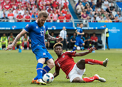 22.06.2016, Stade de France, St. Denis, FRA, UEFA Euro 2016, Island vs Oesterreich, Gruppe F, im Bild Aron Gunnarsson (ISL), David Alaba (AUT) // Aron Gunnarsson (ISL) David Alaba (AUT) during Group F match between Iceland and Austria of the UEFA EURO 2016 France at the Stade de France in St. Denis, France on 2016/06/22. EXPA Pictures © 2016, PhotoCredit: EXPA/ JFK