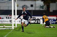 Fotball, 3. oktober 2002. Stavanger Stadion,  Viking - Chelsea. Erik Nevland, Viking, scorer  vinnermålet.