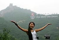 Eine Chinesin zeigt ihre Freude ueber die Olympiade 2008 bei der grossen Mauer. © Urs Bucher/EQ Images
