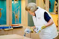 21-3-2014 ZEEWOLDE - Prinses Beatrix , Prinses Marilene prinses Margriet  en een Tjalling Ten Cate op een afdeling van IVN, een landelijke organisatie die mensen lokaal bij natuur betrekt, in het kader van NLdoet. Het vrijwilligersevenement dat wordt georganiseerd door het Oranje Fonds viert zijn 10e verjaardag.   COPYRIGHT ROBIN UTRECHT