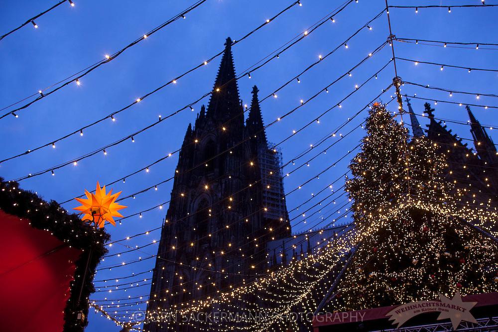 Europe, Germany, Cologne, the Christmas market at the square Roncalliplatz in front of the cathedral...Europa, Deutschland, Koeln, der Weihnachtsmarkt auf dem Roncalliplatz am Dom.