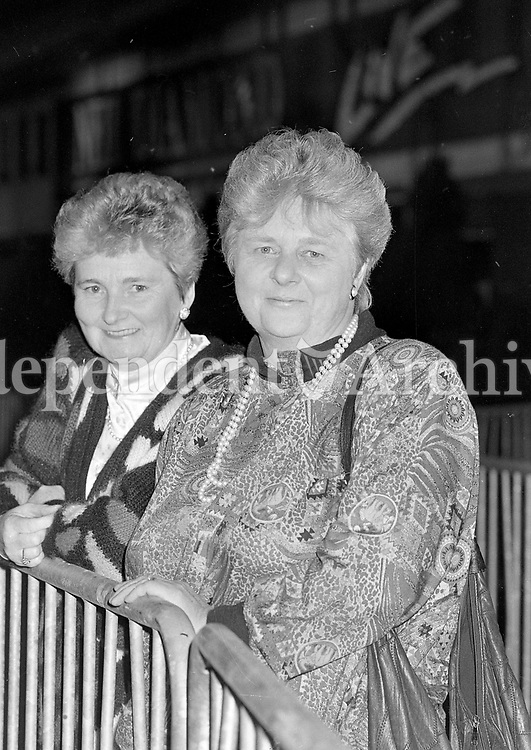 Neil Diamond fans enjoying the Concert at the RDS, Dublin, 13/10/1989 (Part of the Independent Newspapers Ireland/NLI Collection).