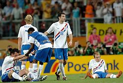 25-06-2006 VOETBAL: FIFA WORLD CUP: NEDERLAND - PORTUGAL: NURNBERG<br /> Oranje verliest in een beladen duel met 1-0 van Portugal en is uitgeschakeld / VENNEGOOR OF HESSELINK Jan , KUYT Dirk, JALIENS Kew, VAN BOMMEL Mark  en ROBBEN Arjen<br /> ©2006-WWW.FOTOHOOGENDOORN.NL