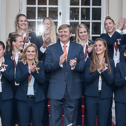 NLD/Den Haag/20171025 - Koning ontvangt winnaar EK voetbal Vrouwen 2017, Team Vrouwen Voetbal met Koning Willem Alexander