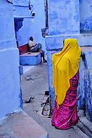Inde, Rajasthan, Jodhpur la ville bleue, scène dans la vielle ville // India, Rajasthan, Jodhpur, the blue city, women in the old city