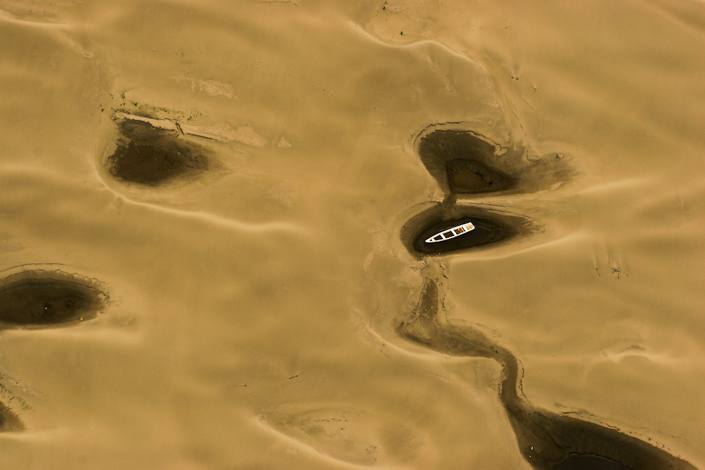 Oct. 26, 2005. Amazon river (Brazil), 90 miles East of Manaus. One of the worst droughts ever recorded on the region. Sand banks appear along the Amazon river endangering navigation and grounding boats..©Daniel Beltra