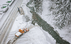THEMENBILD - Fahrzeuge des Winterdienstes befördern den Schnee von der Strasse in die Saalach, aufgenommen am 09. Jaenner 2019 in Saalbach, Oesterreich // Vehicles of the winter service carry the snow from the road into the Saalach River, Saalbach, Austria on 2019/01/09. EXPA Pictures © 2019, PhotoCredit: EXPA/ JFK