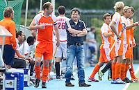 AMSTELVEEN - Bondscoach Paul van Ass (m) met links van hem, aanvoerder Teun de Nooijer, zondag tijdens de oefeninterland. De mannen van het Nederlands Hockeyteam hebben zondag, ter voorbereiding aan het EK dat volgende week in Duitsland wordt gehouden, geoefend tegen Canada (7-2).    Copyright Koen Suyk.
