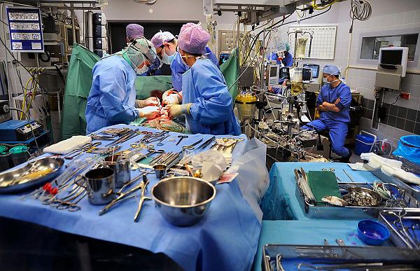Nederland, Nijmegen, 28-11-2008Operatie, hartoperatie in het umc radboud. De werkomgeving staat vol apparatuur en instrumenten om de patient te opereren en te monitoren. rechts zit een anaesthsist bij de hart-long machineFoto: Flip Franssen