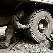 La carretra de los Yungas es una dura prueba para los veh&Igrave;culos, que amenudo sufren graves aver&Igrave;as, sobre<br /> todo en la direcci&Ucirc;n y los frenos y que obliga a los conductores a pasar varios dias en la carretra reparando su veh&Igrave;culo.<br />  Bolivia. Foto : JORDI CAMI
