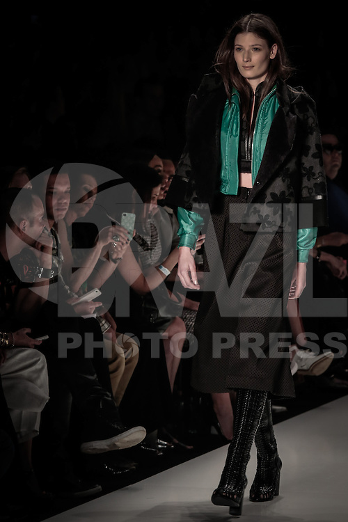 SAO PAULO, SP, 04.11.2014. SPFW OUTONO/INVERNO 2015 - Desfile da cole&ccedil;&atilde;o inverno 2015 da marca Colcci durante o <br /> segundo dia de destiles da 38&bull; edi&ccedil;&atilde;o da S&atilde;o Paulo Fashion Week - outono/inverno 2015, no Parque Candido Portinari.  (Foto Adriana Spaca/Brazil Photo Press)