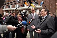 30 NOV 2004, BERLIN/GERMANY:<br /> Gerhard Schroeder, SPD, Bundeskanzler, gibt Journalisten ein Statement, nach dem Besuch des ABB Trainings Centers<br /> IMAGE: 2004130-01-025<br /> KEYWORDS: Gerhard Schröder, Journalist, Mikrofon, microphone