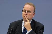 """06 NOV 2003, BERLIN/GERMANY:<br /> Prof. Dr. Gerd Langguth, Geschaeftsf. Vorstand Buergerkonvent und Politikwissenschaftler Uni Bonn, Pressekonferenz zum Thema """"Reformdiskussion in Deutschland aus Sicht des Buergerkonvents, Bundespressekonferenz<br /> IMAGE: 20031106-01-004<br /> KEYWORDS: Bürgerkonvent"""