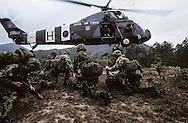 Hong Kong. last training for the Gurkhas and the Blackwatch regiment  Sharp peak    / Le bataillon écossais - Black Watch -  et les Gurkhas en entraînement sur les monts Sai Kung en plein coeur de Kowloon.  / R00057/25    L940227a  /  P0000273