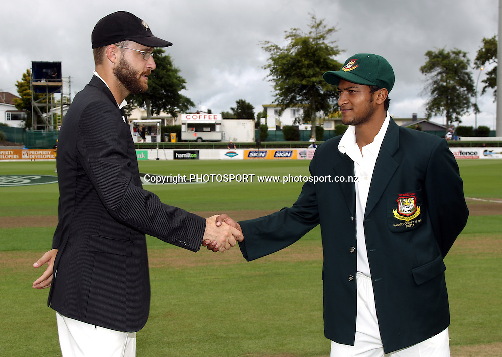 New Zealand captain Daniel Vettori at the coin toss as Bangladesh captain Shakib Al Hasan.<br />