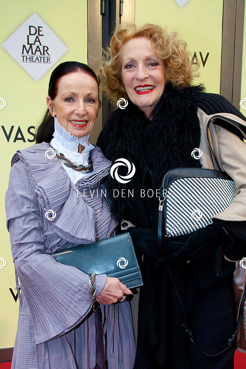 AMSTERDAM - Het toneelstuk Vaslav is in premiere gegaan in theater DeLaMar.  Gerrie van der Klei met een vriendin op de rode loper. FOTO LEVIN DEN BOER - PERSFOTO.NU