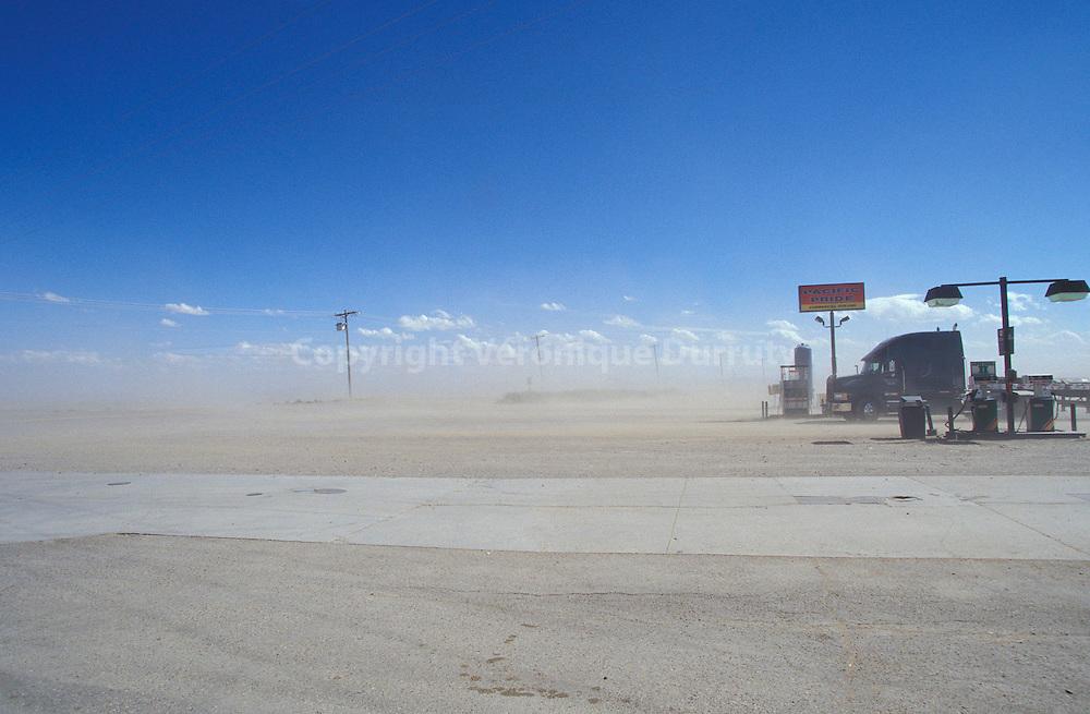 Vent de poussière sur la route dans le Montana, aux Etats Unis....Vent de poussière sur la route dans le Montana, aux Etats Unis..