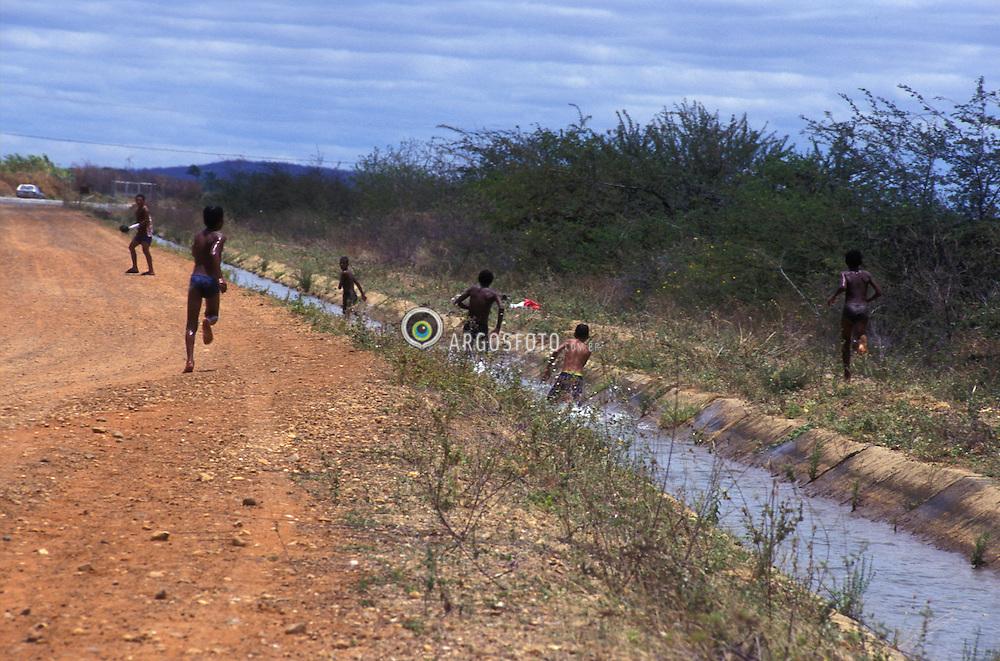 Pernambuco, Brasil..Criancas brincando em agua de canaleta de irrigacao./ Children playing in the water of the irrigation channel..Foto © Luiz Prado/Argosfoto