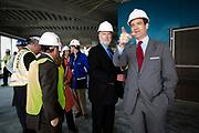 New York, New York, USA, 20120430: Executive Director for Port Authority, Patrick Foye (midten) og Senator Bill Baroni , visedirektør for Havnevesenet i New York og New Jersey ( Port Authority). 1 World Trade Center passerer høyden til Empire State Building, og blir den høyeste bygningen på den nordlige halvkulen. Foto: Ørjan F. Ellingvåg