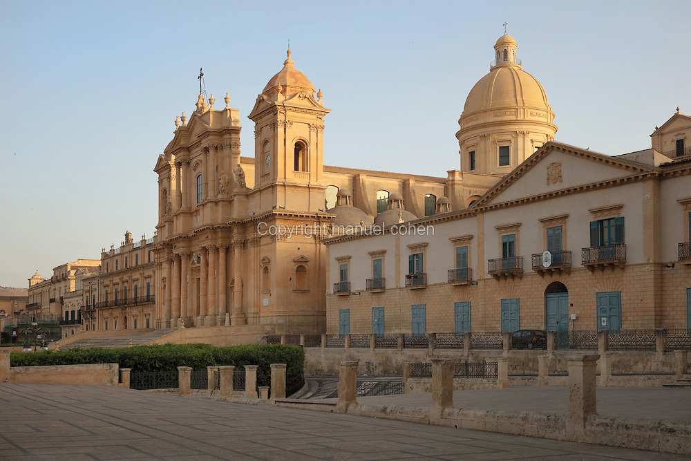 The Cattedrale di Noto, an 18th century catholic cathedral in Sicilian Baroque style, Noto, Syracuse, Sicily, Italy.  The building was designed by Rosario Gagliardi, and was completed in 1776 under the supervision of Bernardo Labisi. Much of Noto was rebuilt after the earthquake of 1693 and the Sicilian Baroque style is therefore prevalent. Noto is listed as a UNESCO World Heritage Site. Picture by Manuel Cohen