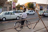Iran, Yazd, 02.09.2016: Ein Mann lehnt an seinem Fahrrad in Yazd, Provinz Yazd, Zentral-Iran.