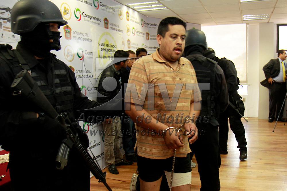 """Toluca, México.- La PGJEM informó de la detención de 11 presuntos integrantes de la organización criminal de """"Los Caballeros Templarios"""" que operaban en la zona norte del Valle de México. Agencia MVT / Crisanta Espinosa. (DIGITAL) Toluca, México.- La PGJEM informó de la detención de 11 presuntos integrantes de la organización criminal de """"Los Caballeros Templarios"""" que operaban en la zona norte del Valle de México, entre ellos se identifica a Andrés García Juárez, alias """"El Mecánico"""" quien era jefe de este grupo en esta zona. Agencia MVT / Crisanta Espinosa. (DIGITAL)"""