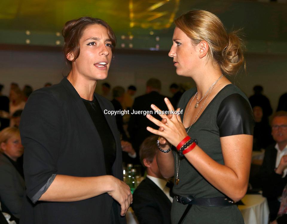 Generali Ladies Linz Open 2012,WTA Tour, Damen Hallen Tennis Turnier in Linz, Oesterreich, Players Party, L-R. Andrea Petkovic (GER) und Victoria Azarenka (BLR) unterhalten sich,Halbkoerper,Querformat, privat, .Gespraech,Feature,