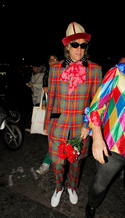 03.APRIL.2007. LONDON<br /> <br /> BOB GELDOF LEAVING DAUGHTER PEACHES 18TH FANCY DRESS BIRTHDAY PARTY DRESSED AS A CLOWN.<br /> <br /> BYLINE: EDBIMAGEARCHIVE.CO.UK<br /> <br /> *THIS IMAGE IS STRICTLY FOR UK NEWSPAPERS AND MAGAZINES ONLY*<br /> *FOR WORLD WIDE SALES AND WEB USE PLEASE CONTACT EDBIMAGEARCHIVE - 0208 954 5968*