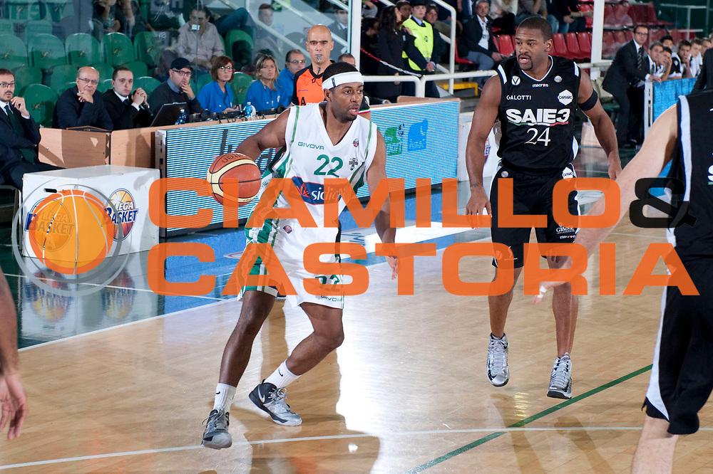 DESCRIZIONE : Avellino Lega A 2012-13 Sidigas Avellino SAIE3 Bologna<br /> GIOCATORE : Mustafa Shakur<br /> SQUADRA : Sidigas Avellino<br /> EVENTO : Campionato Lega A 2012-2013<br /> GARA : Sidigas Avellino SAIE3 Bologna<br /> DATA : 28/10/2012<br /> CATEGORIA : Palleggio<br /> SPORT : Pallacanestro<br /> AUTORE : Agenzia Ciamillo-Castoria/G.Buco<br /> Galleria : Lega Basket A 2012-2013<br /> Fotonotizia : Avellino Lega A 2012-13 Sidigas Avellino SAIE3 Bologna<br /> Predefinita :