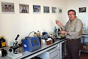 Foto di Donato Fasano Photoagency, nella foto :  13 07 2009 Bari Fluidotecnica zona industriale inventori della macchina che scinde l'olio dall'acqua nella foto michele sebastiani nel laboratorio chimico