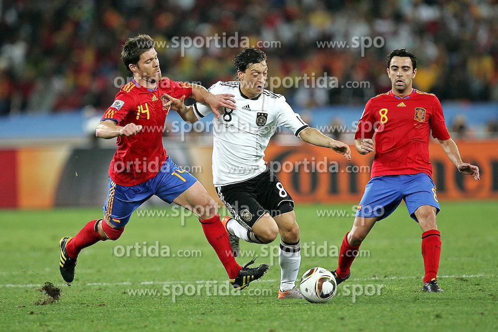 07.07.2010, Moses Mabhida Stadium, Durban, SOUTH AFRICA, Deutschland ( GER ) vs Spanien ( ESP ) im BildXABI ALONSO ( Real Madrid (ESP) #14 ) gegen Mesut Özil / Oezil ( Werder Bremen #08 ) re XAVI ( Barcelona (ESP) #08 ) Foto ©  nph /  Kokenge / SPORTIDA PHOTO AGENCY