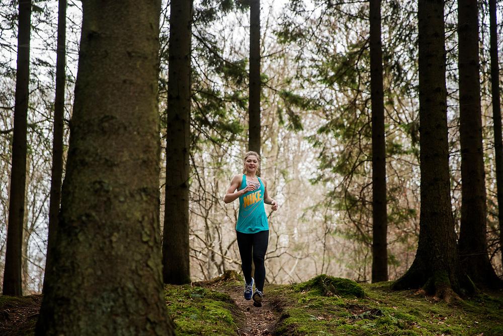 Model released -Løbetræning i skoven - trailløb Løbetræning i skoven - trailløb