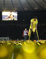 FUSSBALL      DFB POKAL FINALE       SAISON 2011/2012 Borussia Dortmund - FC Bayern Muenchen   12.05.2012 Patrick Owomoyela (Borussia Dortmund) kann aufgrund seiner Verletzung die Ehrenrunde seiner Mitspieler nur anschauen