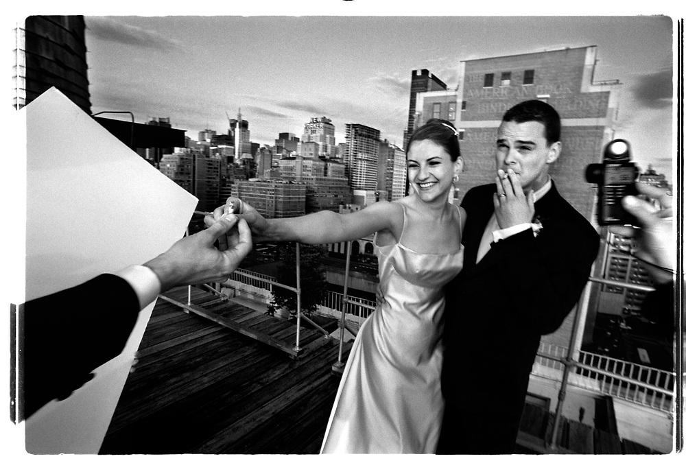 Medan fotografen och hans assitenter springer med reflexskärmar och ljusmätare tar brudparet som börjar tröttna på allt stoj en rökpaus...Joby Harold and Tory Tunnell's wedding in New York City..Photographer: Chris Maluszynski /MOMENT