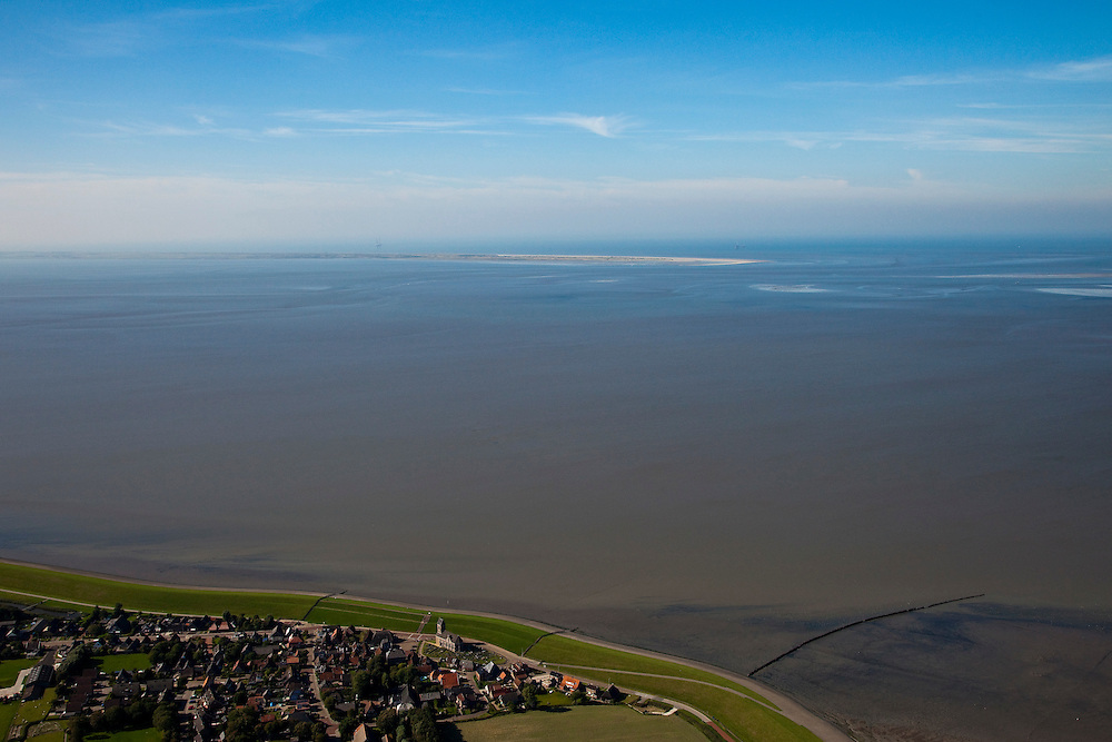 Nederland, Friesland, Gemeente Dongeradeel, 08-09-2009; Terpdorp Wierum, beschermd door de zeedijk, wad met waddeneiland Ameland aan de horizon.Village Wierum, protected by the seawall, Ameland island on the horizon.luchtfoto (toeslag); aerial photo (additional fee required); .foto Siebe Swart / photo Siebe Swart