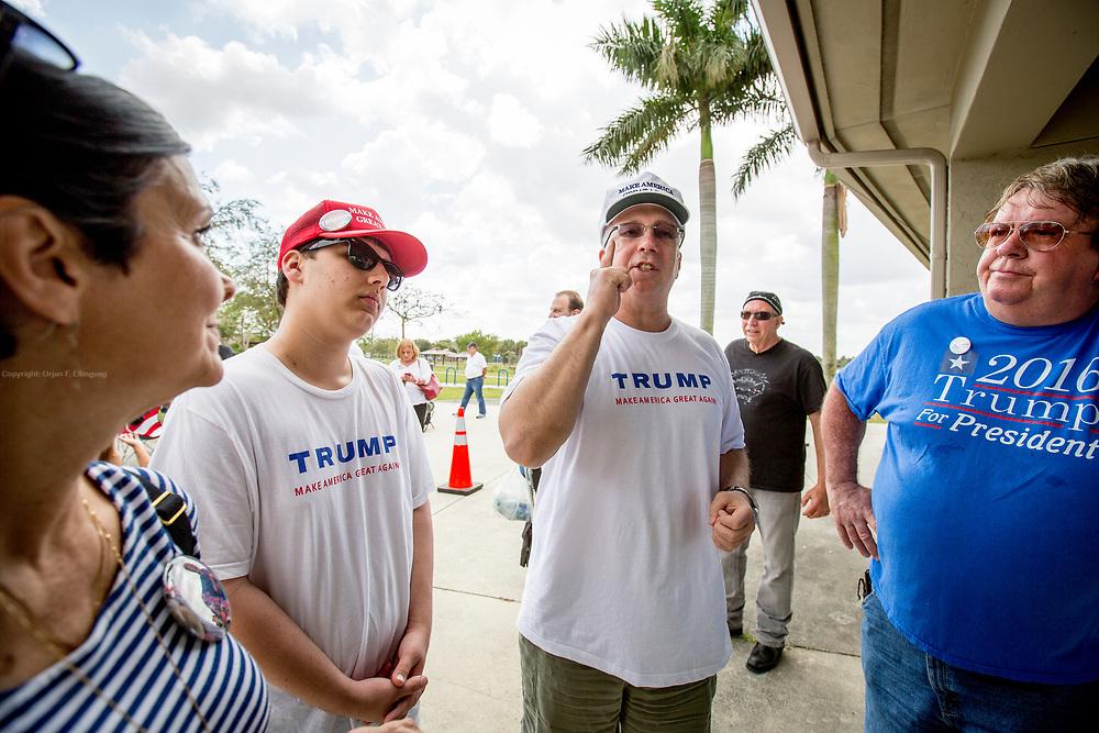 Fra venstre: Joan Barber, Alec Bekoff,   William Avrich og Richard Lee Peterson.  Seks timer før valgkampmøtet med den republikanske presidentkandidaten Donald Trumps valgkampmøte i Boca Raton har flere av de ivrigste tilhengerne allerede benket seg i kø.