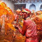 *legende* Célébration du festival des couleurs Holi au temple de Nandagaon  -Uttar Pradesh Inde. Les hommes du village voisin Barsana arrivent au temple de Nandagaon.