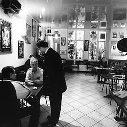 Entre deux rendez-vous dans sa circonscription, Bertrand Pancher fait le tour des cafes...Octobre 2007..Photo : Antoine Doyen