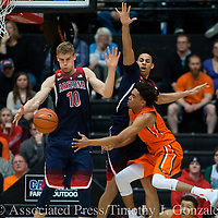 Oregon State's Stephen Thompson Jr., right, tries to pass the ball around Arizona's Lauri Markkanen (10, and Chance Comanche, center right, during the second  half of an NCAA college basketball game in Corvallis, Ore., Thursday, Feb. 2, 2017. Arizona won 71-54. (AP Photo/Timothy J. Gonzalez)