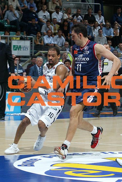 DESCRIZIONE : Bologna Lega A1 2005-06 Play Off Quarti Finale Gara 1 Climamio Fortitudo Bologna Angelico Biella <br /> GIOCATORE : Garris<br /> SQUADRA : Climamio Fortitudo Bologna <br /> EVENTO : Campionato Lega A1 2005-2006 Play Off Quarti Finale Gara 1 <br /> GARA : Climamio Fortitudo Bologna Angelico Biella <br /> DATA : 18/05/2006 <br /> CATEGORIA : Penetrazione <br /> SPORT : Pallacanestro <br /> AUTORE : Agenzia Ciamillo-Castoria/L.Villani
