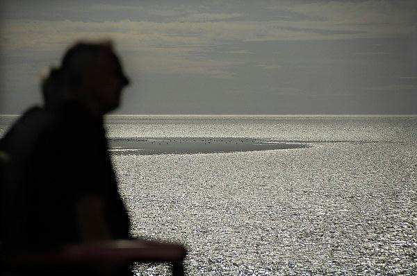 Nederland, Holwerd, Ameland, 21-8-2010Vanaf de veerboot de Sier hebben passagiers mooi zicht op de zonsondergang en de lage waddenzee.Foto: Flip Franssen/Hollandse Hoogte