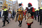 Zwarte Pieten van Pegida opgepakt bij intocht Sinterklaas