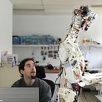 Cyril Jourdan avec le robot Eccerobot cr&eacute;e par Rob Night.<br /> Divonne, mai 2011<br /> &copy; Thierry Parel