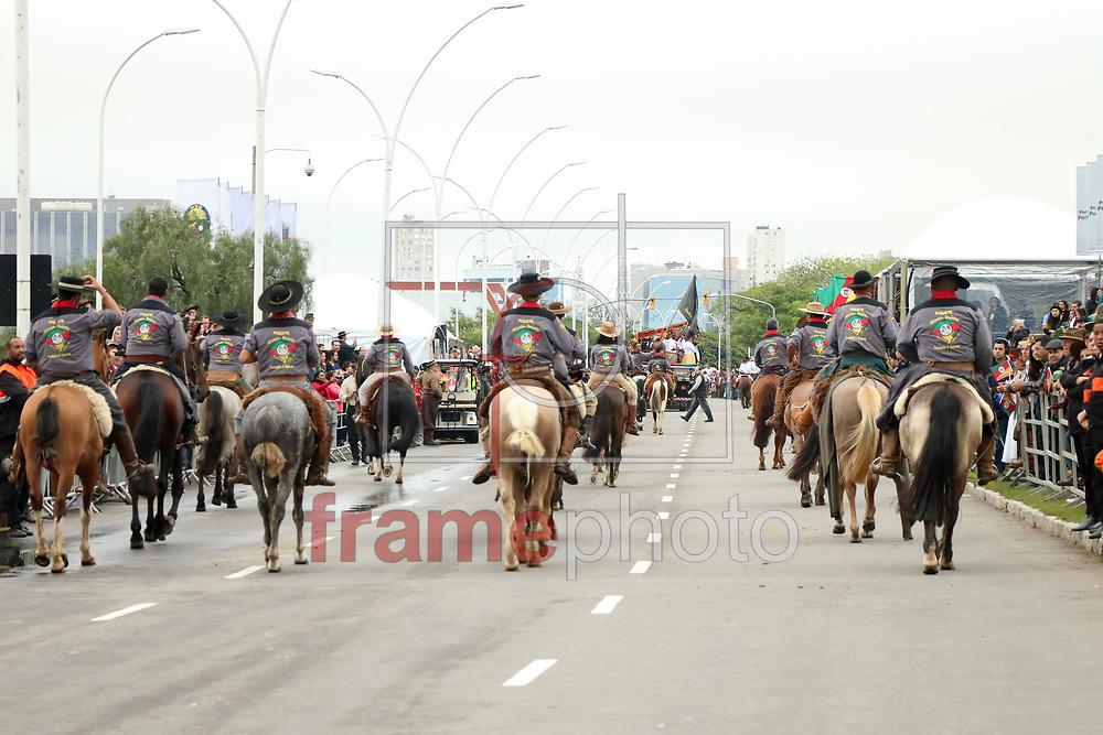 Porto Alegre (RS), 20/09/2015. Desfile Farroupilha 2015, neste domingo (20/09), na Avenida Edvaldo Pereira Paiva, em Porto Alegre. Foto: Sérgio Ordobás/Raw Image/Frame