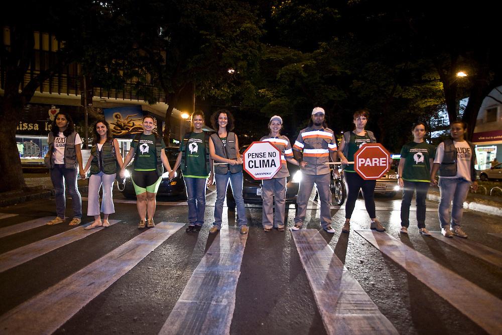 Belo Horizonte_MG, Brasil...Acao do Greenpeace em prol da reducao de veiculos no transito em Belo Horizonte...The Greenpeace action for the vehicles reduction in the traffic in Belo Horizonte...Foto: JOAO MARCOS ROSA / NITRO