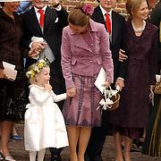 NLD/Naarden/20051022 - Huwelijk prins Floris en Aimee Söhngen, Anita van Eijk, prins Pieter Christiaan neemt een foto, bruidsmeisje Isabelle, Annete Sekreve, prins Bernhard Jr., prinses Carolina